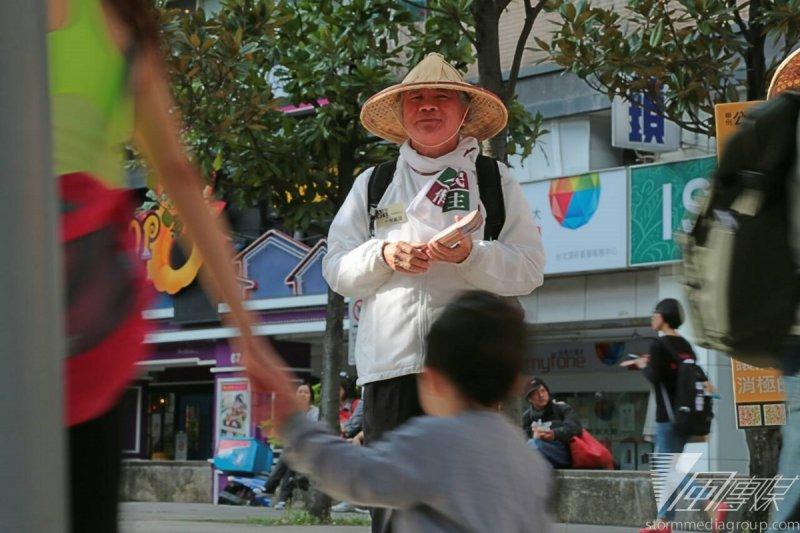 民進黨前主席林義雄28日下午參加410還權於民工作小組舉辦的街頭宣講活動。(余志偉攝)