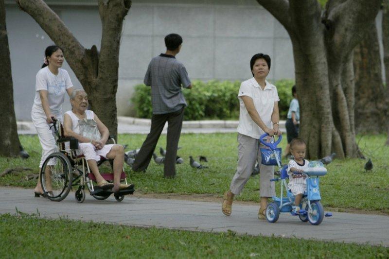 外籍看護或保姆已經成為小家庭的助力,但社會上隨處可見的歧視心態依舊存在。(資料照/余志偉攝)