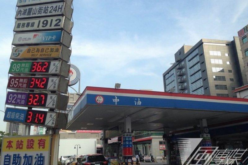 上周國際原油價格上升,國內油價漲了0.5元,本周則已回穩走低,如無意外,油價應會較平穩了。(資料照片)