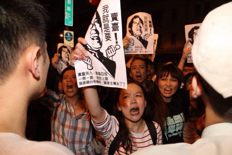 台灣遞交參與亞投行意向書,學運團體赴總統府前抗議。(楊子磊攝)