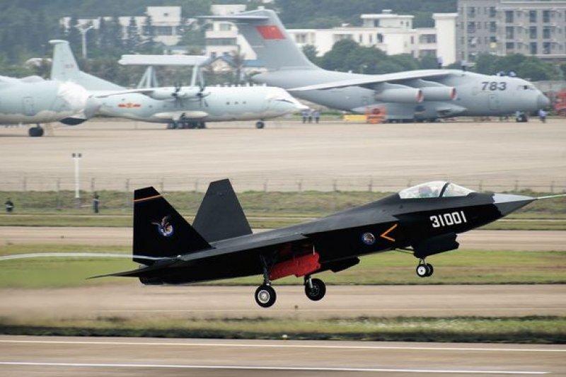 殲-31在珠海航展頻頻亮相,專家認為就是要尋求買家下單。(超級大本營軍事論壇)