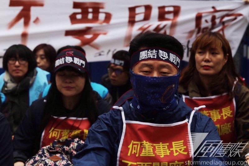 繼2月獲知關廠消息後,韓國Hydis公司工人再度來台抗爭,今(24)早集結於勞動部前,要求台灣政府出面協商。(楊子磊攝)