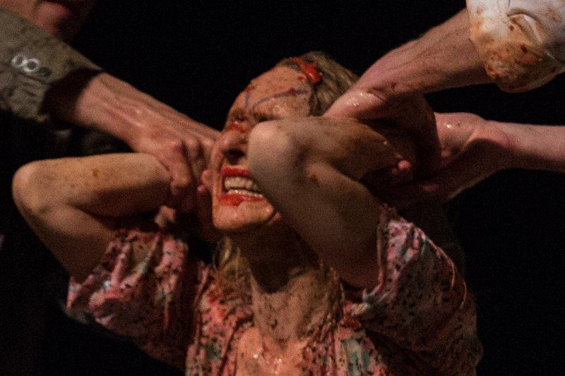 碧娜鮑許於1989年創作的《巴勒摩.巴勒摩》首次來台演出,舞作流轉著對生活、生命的所有體悟。碧娜的舞總是在舞者的肢體裡、舞台的設計上讓觀眾不停地思考<林韶安攝>