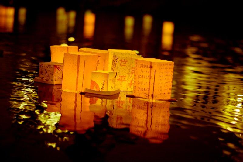 每年的8月6日,廣島市會舉辦水燈活動紀念原爆死傷者(圖/Freedom_II_Andres@flickr)