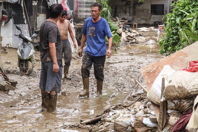 20150810-蘇迪勒颱風導致新北市溪洲部落淹大水,道路直到10日仍遭淤泥覆蓋。(曾原信攝)