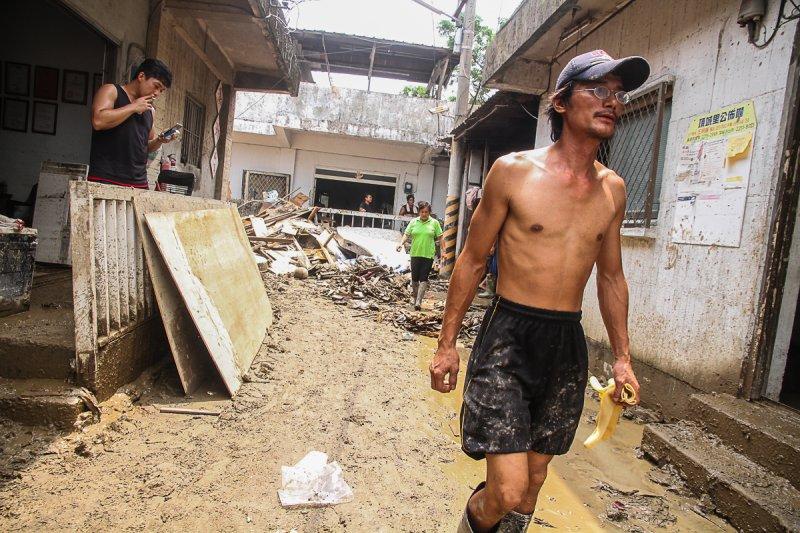 20150810-蘇迪勒颱風導致新北市溪洲部落淹大水,居民持續清掃家園中。(曾原信攝)