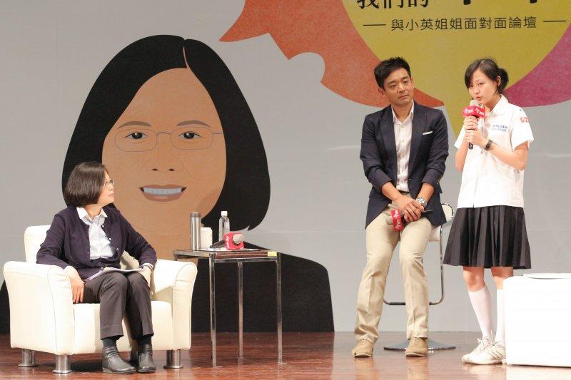 總統當選人蔡英文出席今周刊1000期「妳的世代 我們的未來  與小英姐姐面對面論壇」,現場與高中生進行問答(葉信菉攝)