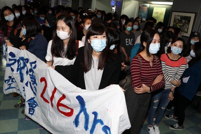 20161221-復興航空勞資爭議未果,上午在台北市勞動局進行第三次強制協商,百餘位工會成員闖入市府大樓內,以靜坐等到協商結果。圖為協商接近尾聲,群眾起身準備向可能走出來的資方代表,喊口號表達訴求。(蘇仲泓攝)