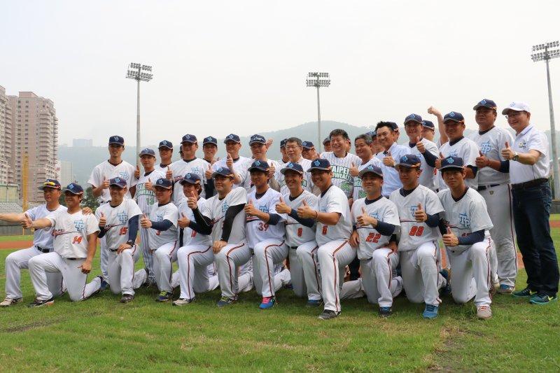 台北市成棒隊在天母棒球場宣告與興富發建設公司冠名合作,柯文哲與選手們合影(葉信菉攝)