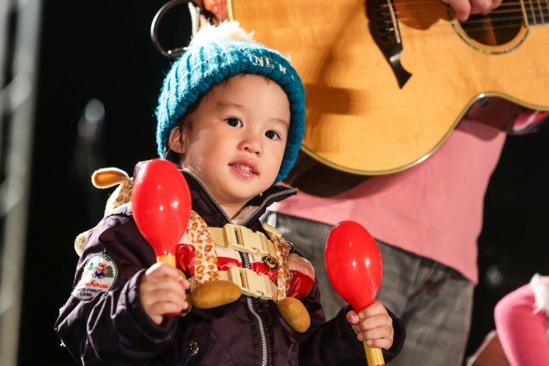 歌手偺荖巴西瓦里的小孩跟著爸爸上台表演。(顏麟宇攝)