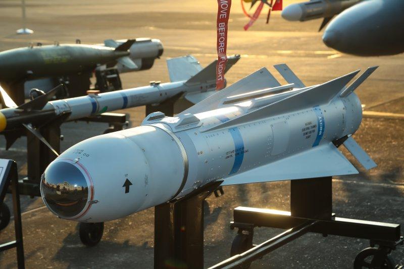 國防部26日舉辦「國軍105年春節加強戰備」參訪活動,帶領媒體參觀嘉義空軍基地第455聯隊F-16掛載小牛飛彈展示。(顏麟宇攝)