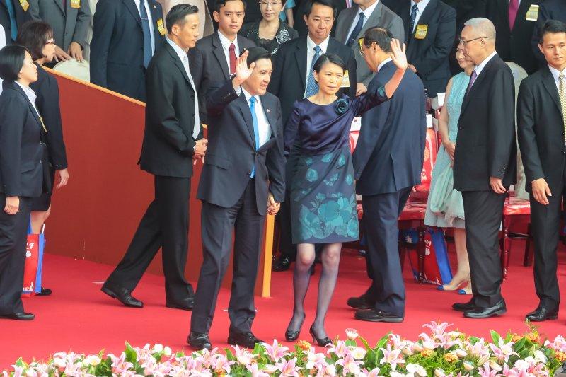 中華民國104年國慶大會後,馬英九總統偕夫人周美青與全體國人會手致意。(顏麟宇攝)