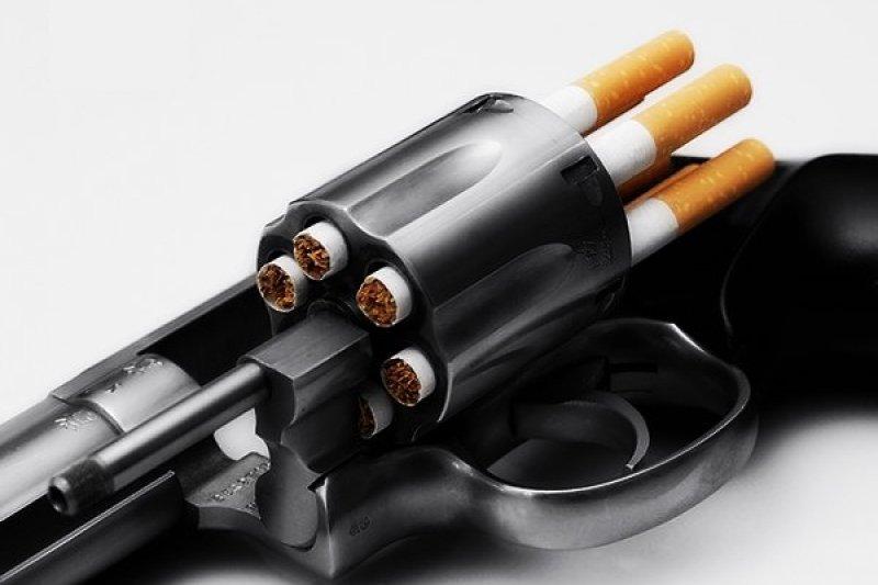 香菸對人體危害之大,每年肺癌致死比死在槍口下的人還多。(圖: slim45hady@devianart)