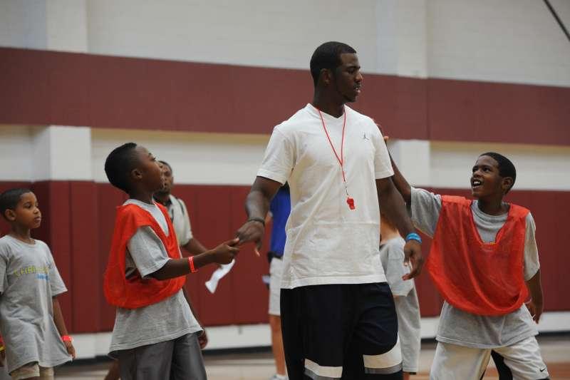 NBA球星克里斯保羅長期奉獻於公益  到學校指導小朋友打籃球