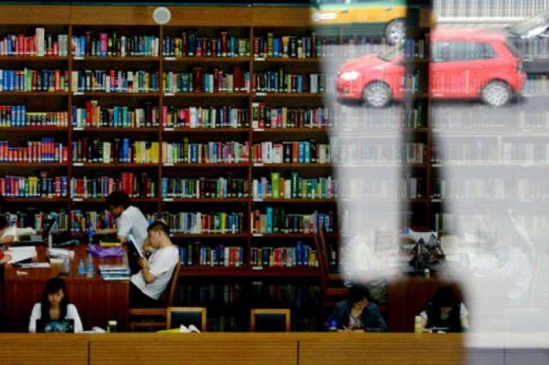 一些中國教授表示,教育部在至少最近十年一直在推進「雙語教學」,在外國語類學校更是推進直接用外語教學,並且在幾乎所有學科大量使用外國原版教材 。