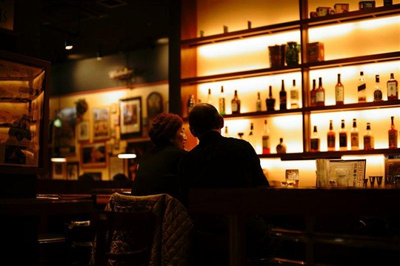 民間團體目前也已「創客咖啡」方式,提供創意工作者腦力激盪場域,但某些承且者淪為二房東,開起小酒館或夜店。圖為情境照。