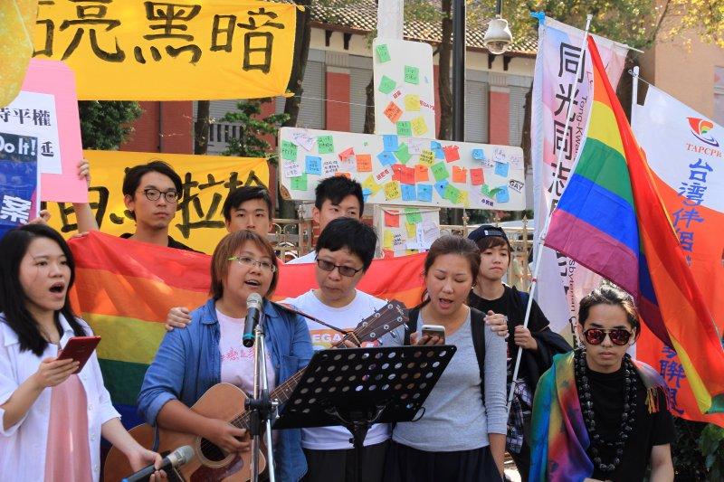 台灣伴侶權益推動聯盟以及同光同志長老教會的基督徒同志以及同婚支持者舉辦記者會,期望同志不要再躲在黑暗的陰影中。
