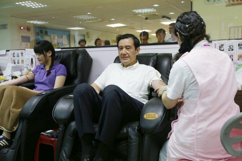 馬英九至南海捐血室捐贈任內最後一次捐血,也打趣應開放捐血年齡(林韶安攝)