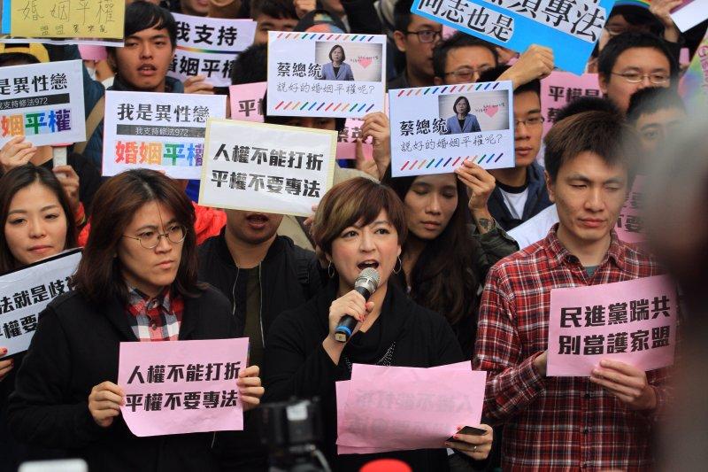 20161128同志團體及婚姻平權支持者聚集立法院反對另立同志婚姻法,要求直接修改民法,社民黨呂欣潔到場。