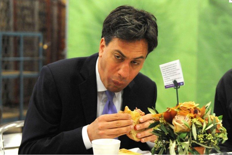 工黨領導人米勒班(Ed Miliband)正在大啖培根三明治。