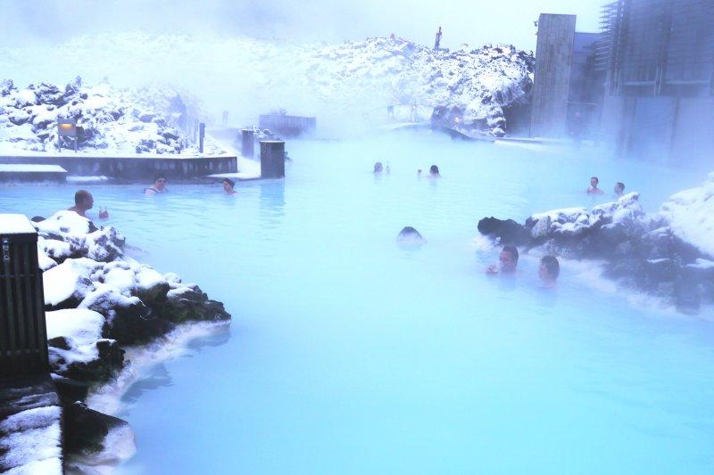 冰島藍湖溫泉富含豐富白泥,形成乳藍色的夢幻風景(圖/flickr@Jay Sterling Austin)