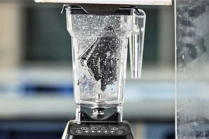 最近英國普利茅斯大學的幾位地質學家就發布了這樣一支影片,他們在實驗室裡將一部 iPhone 4S 放入攪拌機攪得粉碎,又將這些碎片分裝到多個培養皿中,在500℃ 的高溫下與過氧化鈉混合,最後對得到的酸性溶液進行分析,來確定手機的化學成分。(圖/愛范兒提供)