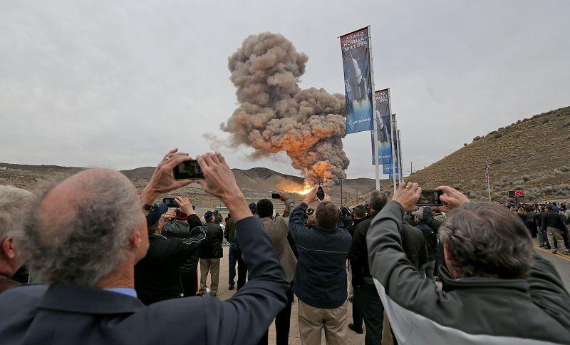 SLS推進器11日進行測試,圍觀民眾紛紛拍照留影。(美聯社)