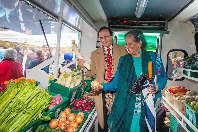 載滿生鮮農產品的巴士,每週運行2天(圖/ Laura Berman)