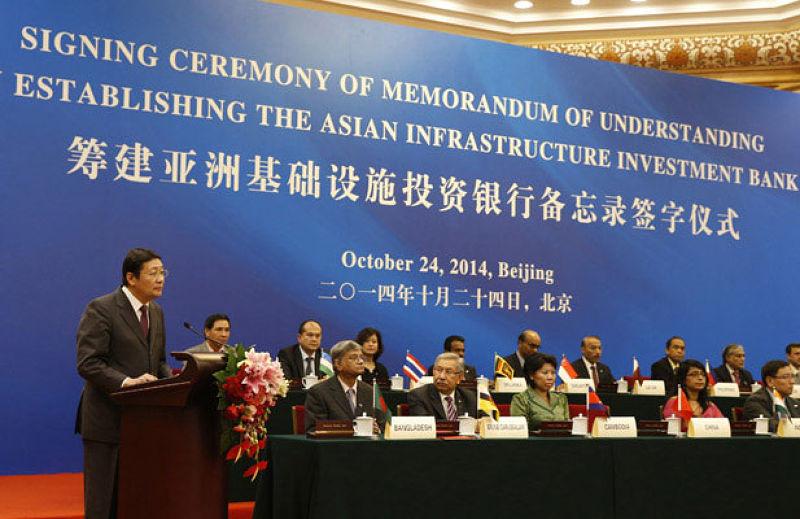 中華人民共和國財政部部長樓繼偉在2014年10月24日舉行的亞洲基礎設施投資銀行備忘錄簽字儀式上演講 (Photo: Takaki Yajima/Courtesy Reuters)