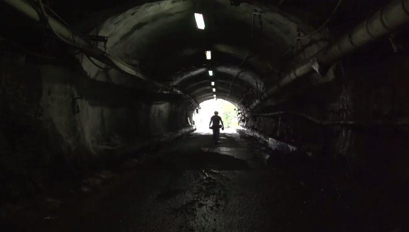Collins是一位礦工,礦坑裡的陰暗讓他感到壓力沉重。(圖/翻攝自vimeo)
