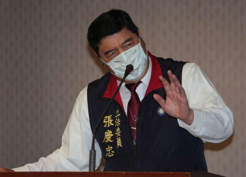 立委張慶忠在內政委員會提出程序發言,並戴上口罩抗議昨天在委員會遭旁聽的黃國昌嗆聲。(余志偉攝)