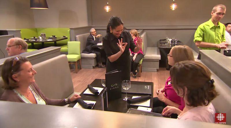 這家餐廳必須使用手語點餐。(圖/翻攝自YouTube)
