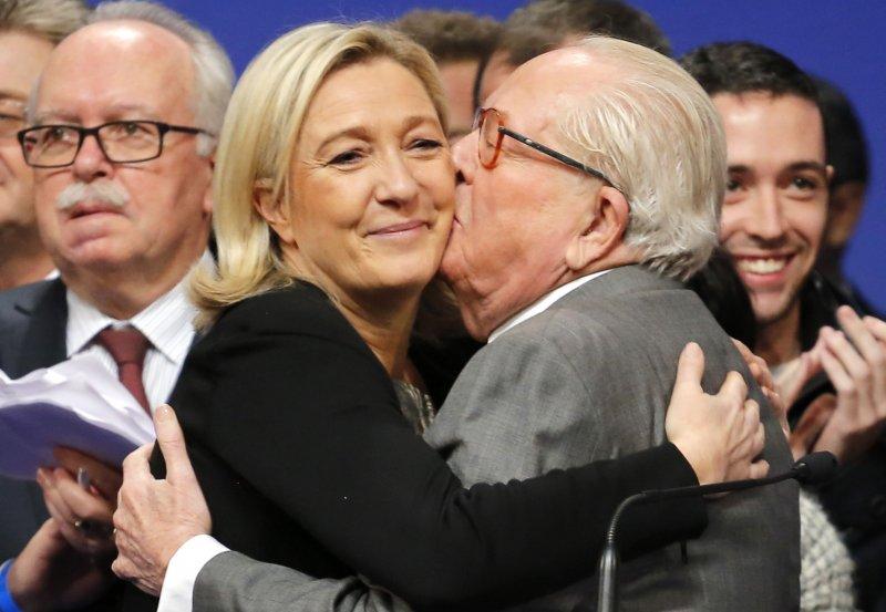 法國民族陣線現任主席勒潘(左)與父親老勒潘(右)。(美聯社)