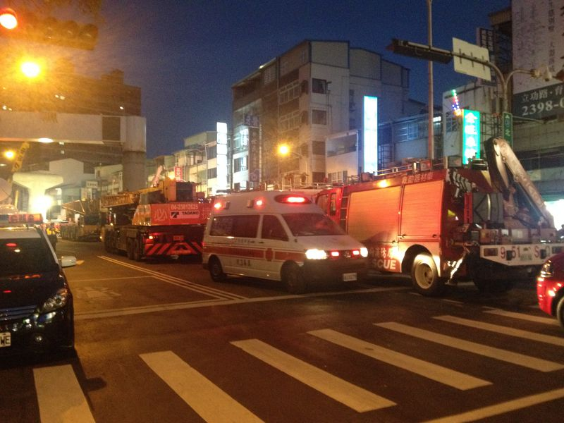 台中捷運綠線工安意外,到晚間依然可見人群圍觀,許多消防車、救護車在一旁待命,意外原因仍由檢察官調查中。(民眾提供) (7).JPG