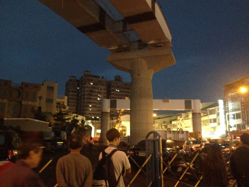 台中捷運綠線工安意外,到晚間依然可見人群圍觀,許多消防車、救護車在一旁待命,意外原因仍由檢察官調查中。(民眾提供) (8).JPG