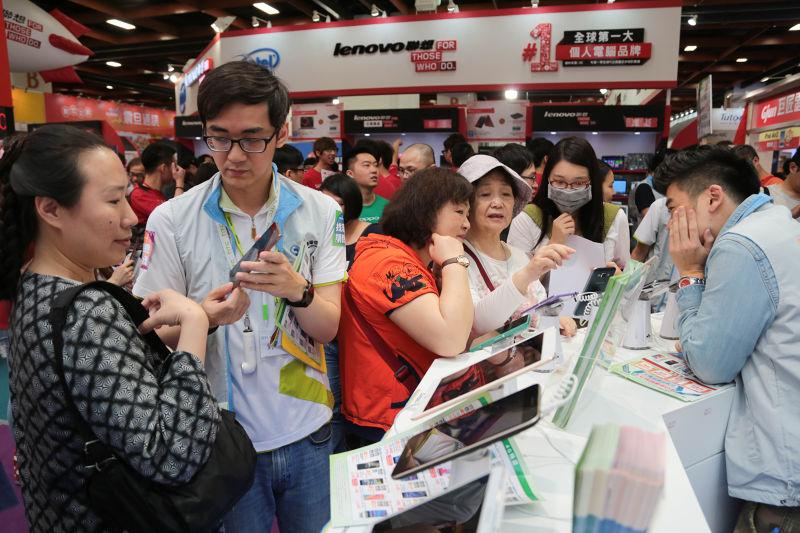 2015台北春季電腦展,手機與平板。(余志偉攝)