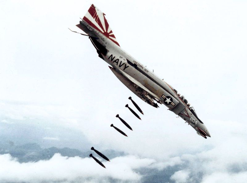 1971年在越南上空執行轟炸任務的F-4。(維基百科)