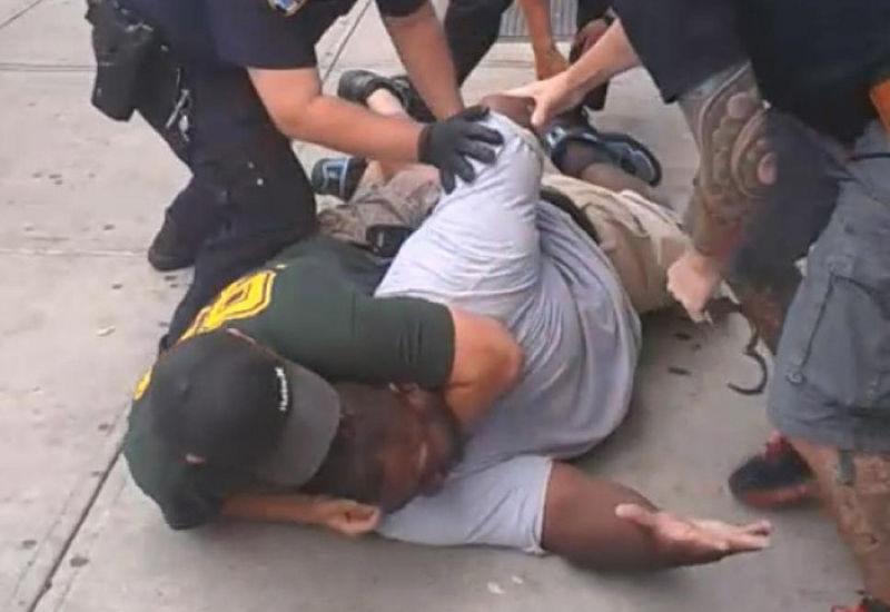 去年7月,非裔男子加納遭美國紐約警局警官鎖喉窒息致死。(取自影片)