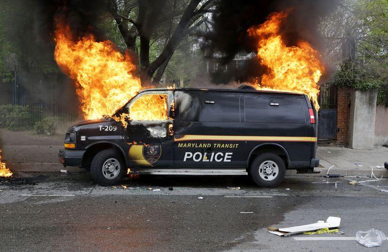 警車遭焚燒。(美聯社)