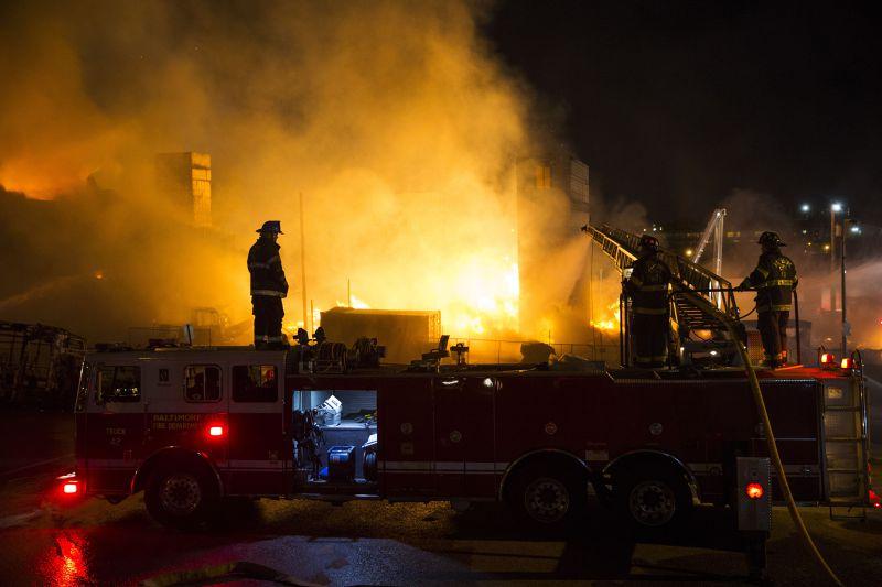 27日,巴爾的摩建築遭縱火。(美聯社)