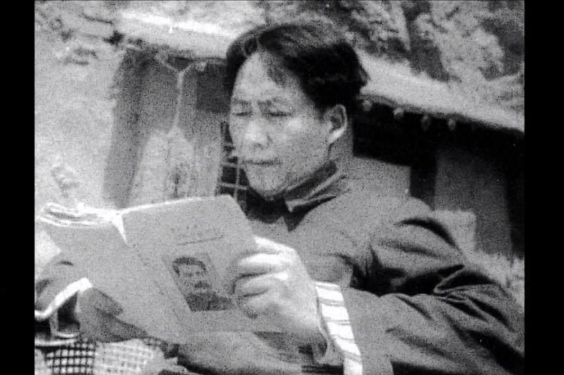 延安時期的毛澤東,手捧史達林文集。時為1939年。