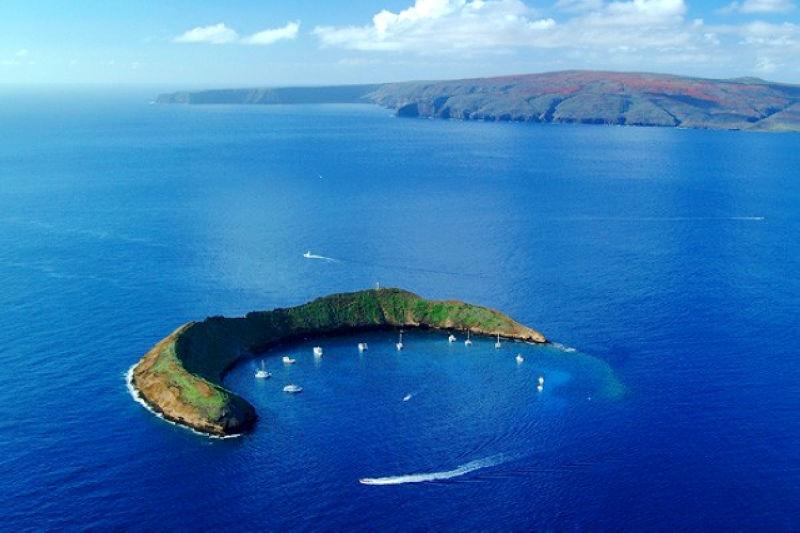 藍色果凍海中的一抹彎月(圖/ www.aloha-hawaii.com/)