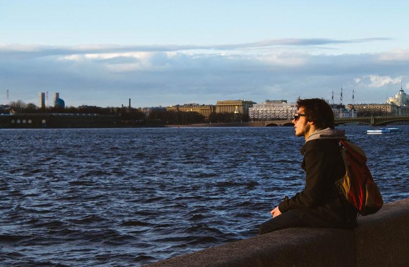獨處往往會因為旁人眼光而感到不舒服。(圖/Farhad Sadykov)