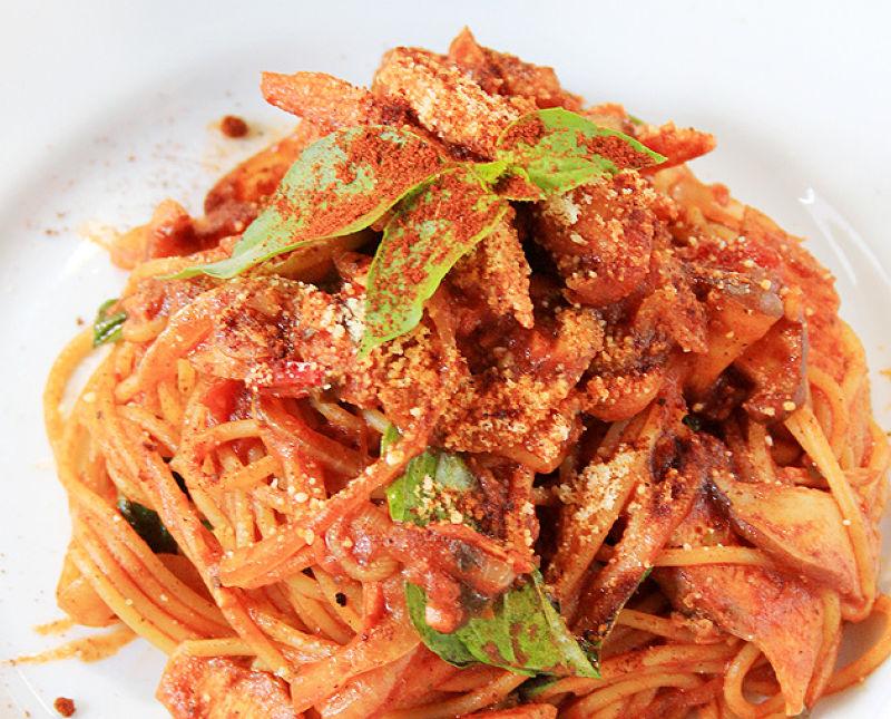 香辣帶勁的義大利麵,是甘樂文創的招牌美食。(圖/作者)