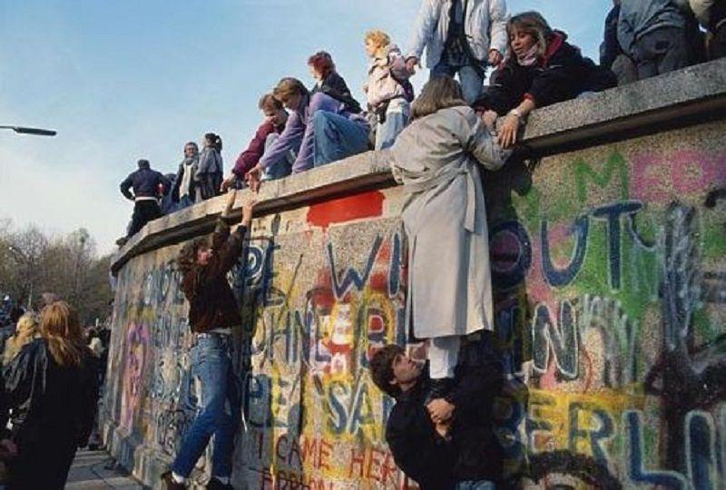 大批東德民眾翻過柏林圍牆的一刻令世界動容。(中評社)