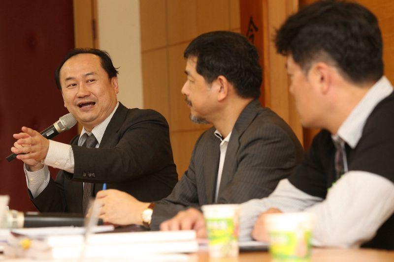 律師、文化大學法律系教授兼法律學系主任許惠峰(左)(楊子磊攝).jpg