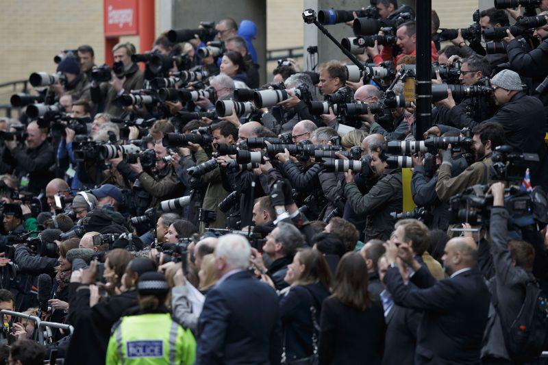 聖瑪莉醫院外守候的媒體與人群。(美聯社)
