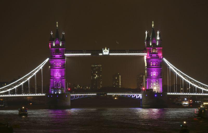 倫敦塔橋2日打上紫光,慶祝凱特生女。(美聯社)