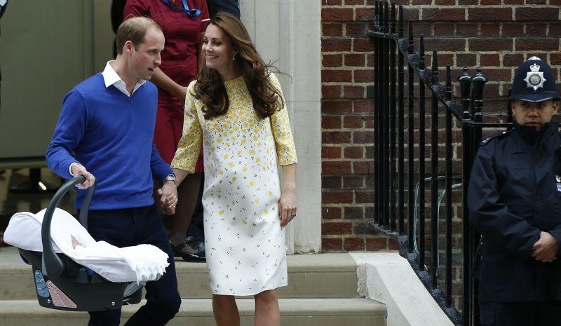 提著嬰兒安全座椅的威廉,準備開車載凱特返回肯辛頓宮。(美聯社)
