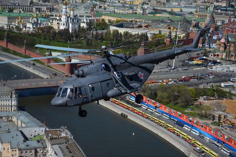 俄國Mi-8直升機也參與閱兵,8日飛越紅場上空。(美聯社)